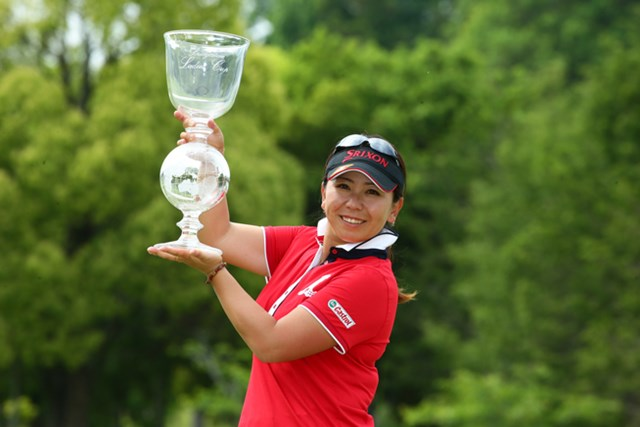 通算15アンダーまで伸ばした吉田弓美子が、首位を守って通算5勝目を挙げた