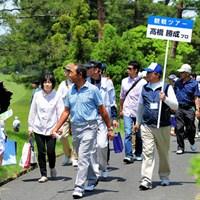 去年のガイドっぷりが好評やったそうで、2年連続で、観戦ツアーに参加しているギャラリーを引率しております。ゴクロハ~ン! 2015年 関西オープンゴルフ選手権競技 最終日 高橋勝成