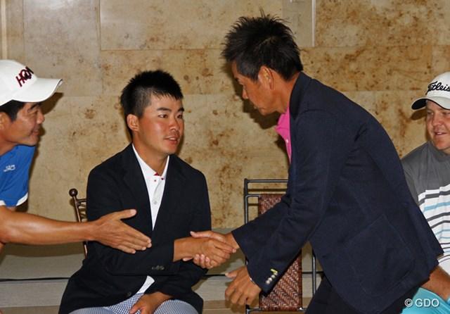 2015年 全米オープン 事前 藤田寛之 川村昌弘 表彰式会場でガッチリと握手を交わした川村昌弘と藤田寛之