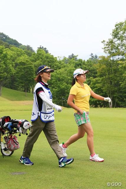 勝みなみと母の久美さん。「ヨコハマタイヤPRGRレディスカップ」以来のタッグで好スタートを決めた。