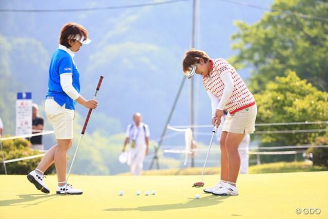 姉の晃子(左)と妹の浩子(右)。この日のラウンド終了後は練習グリーンで姉の短尺パターを握る場面も見受けられた