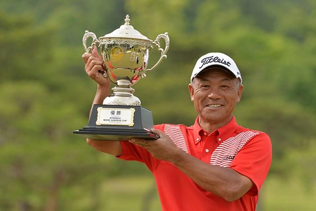 4打差の楽勝で崎山武志が2年ぶりとなる優勝カップを掲げた