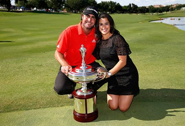 優勝したS.ボーディッチは妻のアマンダさんと記念撮影し、喜びを分かち合った(Tom Pennington/Getty Images)