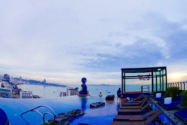 ホテル屋上にあるプールから、パタヤの街を眺める