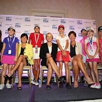 記者会見場で記念撮影をするアニカ・ソレンスタム(中央)とキッズジャーナリストら 2015年 KPMG女子PGA選手権 事前 アニカ・ソレンスタム