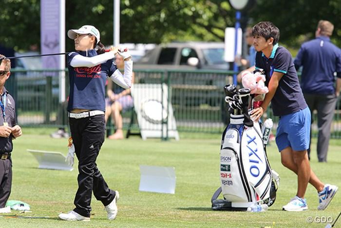 横峯さくらの練習を見守るメンタルトレーナーで夫の森川氏 2015年 KPMG女子PGA選手権 事前 横峯さくら