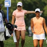 ホール間を移動する際に談笑するナタリー・ガルビス(中央)、シャイアン・ウッズ(右) 2015年 KPMG女子PGA選手権 初日 ナタリー・ガルビス、シャイアン・ウッズ