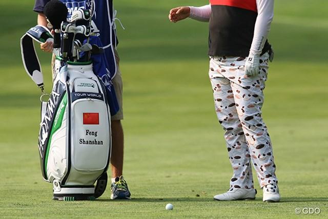 2015年 KPMG女子PGA選手権 初日 フォン・シャンシャン コーヒーカップなどがデザインされたパンツを履いているのは誰でしょう?