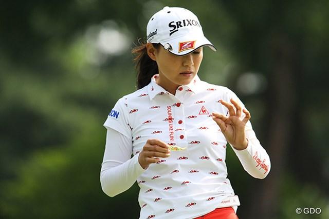 2015年 KPMG女子PGA選手権 初日 横峯さくら 絆創膏をはがして左手の指を見る横峯さくら