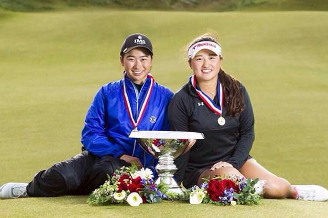 優勝カップと記念撮影する劉美嘉(左)、光永輪子両選手