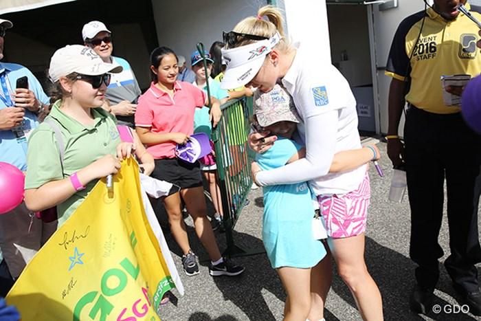 モーガン・プレッセルにハグしてもらうファンの女の子。微笑ましい? 2015年 KPMG女子PGA選手権 3日目 モーガン・プレッセル