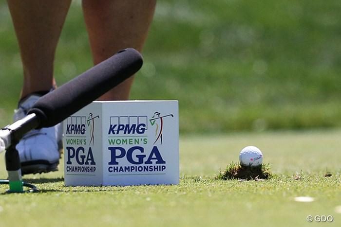 グラブで芝をもりあげてティショットを放つローラ・デービース。ティを使いません 2015年 KPMG女子PGA選手権 3日目 ローラ・デービース