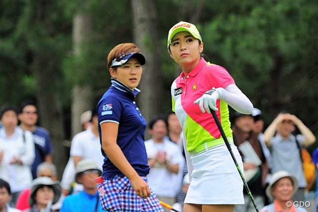 美女ハンター VS 韓流美女の対決は前半2バーディ VS 4バーディでハンターが2打差に詰め寄られる展開となりました。