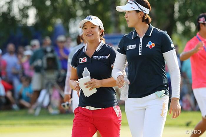 朴仁妃と同組だったキム・セヨン(左)が優勝を祝福するとは微笑ましい光景でした 2015年 KPMG女子PGA選手権 最終日 キム・セヨン