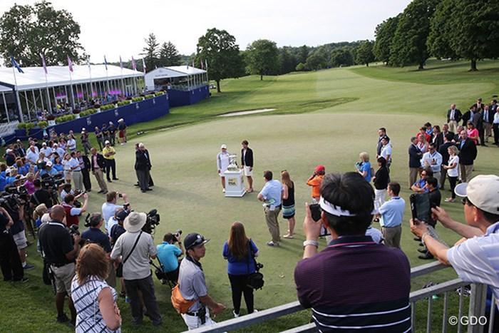 優勝セレモニーの一環で報道陣から撮影される朴仁妃(中央)とトロフィー 2015年 KPMG女子PGA選手権 4日目 朴仁妃