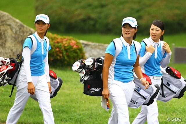 日本女子チームの3選手。後続に14打差をつけて大会を折り返した