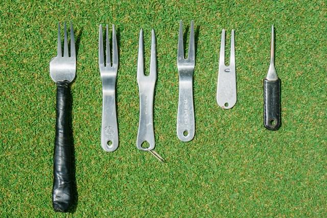 様々な形状のグリーンフォーク。一番左は鳴沢GCのグリーンキーパーが実際に整備用で使っていて、食事用フォークの幅を縮めたもの。ちょうど使いやすい形と大きさなんだとか