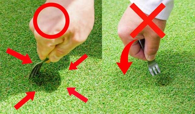 S吉クン17_3章 (右)フォークをテコのように動かして凹んだ底を持ち上げるのはNG/(左)周囲の地面を、凹みの中央に向けて寄せるのが正しいやり方だ