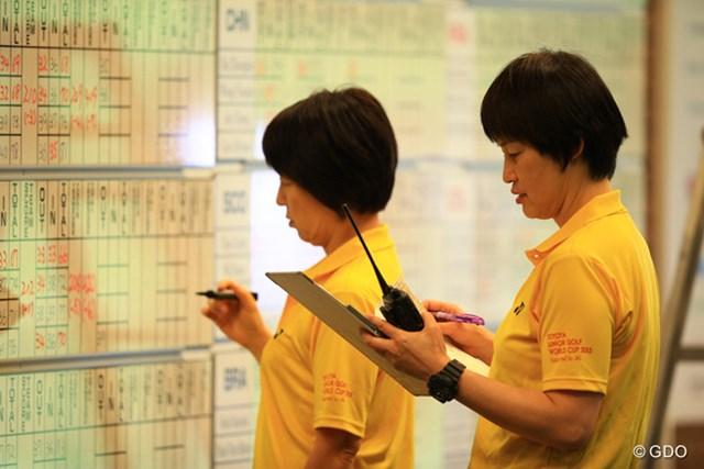 大会事務局で各国の選手をサポートする通訳の河合卓子さん(右)