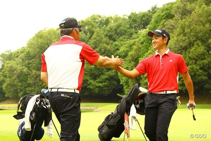 最終日65をマーク!最終ホール、監督に出迎えられます。 トヨタジュニアゴルフワールドカップ2015 最終日 岡崎錬