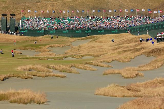 大会3日目、18番グリーンへ向かうジョーダン・スピースとパトリック・リードの最終組 (David Cannon/Getty Images)