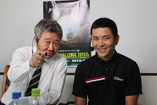池村寛世は「64」でホールアウト後、鈴木規夫JGTO理事とともにインターネット中継に出演した ※大会提供写真