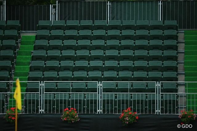 2015年 アース・モンダミンカップ 2日目 ギャラリースタンド 通常のギャラリースタンドは長椅子ですが、今年から18番のギャラリースタンドは個別の座席に。日本では珍しいですよね。