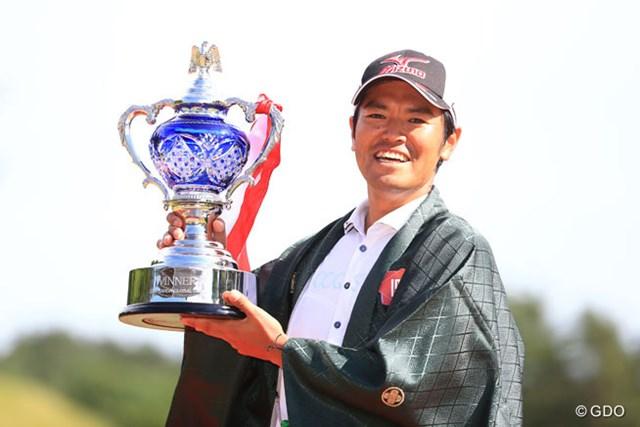チャンピオンブレザーならぬチャンピオン羽織を着た武藤俊憲が優勝カップを掲げた
