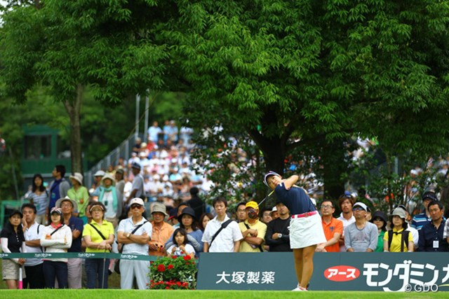 なかなか日本のトーナメントで、隣のホールのギャラリーを借りて綺麗に写真が撮れるシーンはないです。ティ後方の大きな木、切って欲しいなぁ。木さえなければUSオープンのような写真が撮れるのに・・・。