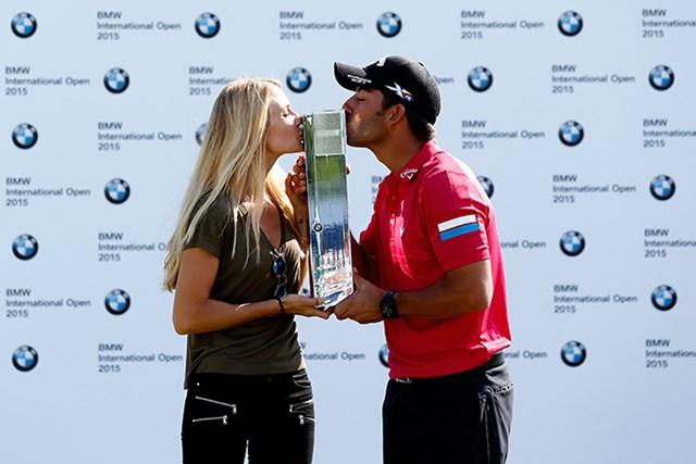 パブロ・ララサバルが今季初勝利を挙げ、恋人と喜びを分かち合った(Paul Thomas/Getty Images)