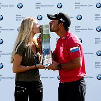 パブロ・ララサバルが今季初勝利を挙げ、恋人と喜びを分かち合った(Paul Thomas/Getty Images) 2015年 BMWインターナショナル・オープン 最終日 パブロ・ララサバル