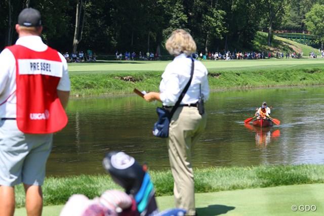 7番のティグラウンドのすぐさきに流れる川でカヤックを楽しむ人がやってきた。でも、ティショットを打つので「早く行ってちょうだい!」と競技委員が大声でお願いする