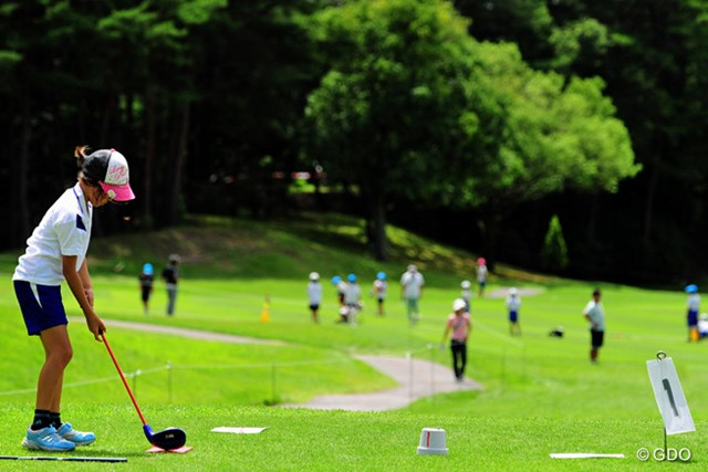 2015年 ミュゼプラチナムオープンゴルフトーナメント 最終日 スナッグゴルフ 最終ホールの隣の10番ホールでイベントが開催されてました。試合終了後もこちらでは熱戦が続いてましたです。