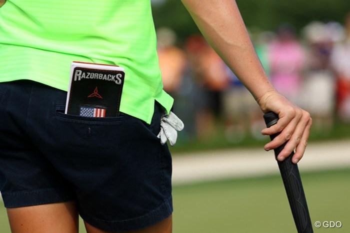 ステーシー・ルイスのヤーデージブックカバーには、出身大学のマスコット「レイザーバックス(イノシシ)」の文字。先輩にはあのジョン・デーリーがいます 2015年 全米女子オープン 最終日 レイザーバックス