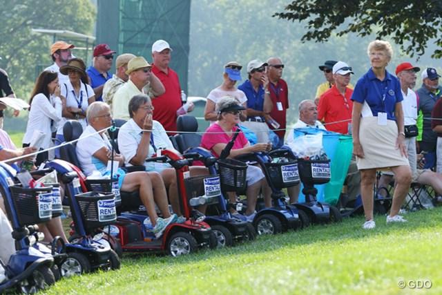車椅子とスクーターが合体したような乗り物です。足腰の弱った年配の方でもゴルフが観戦しやすいように会場でレンタルされています