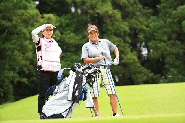 表純子とキャディを務めた前田久仁子(写真左)