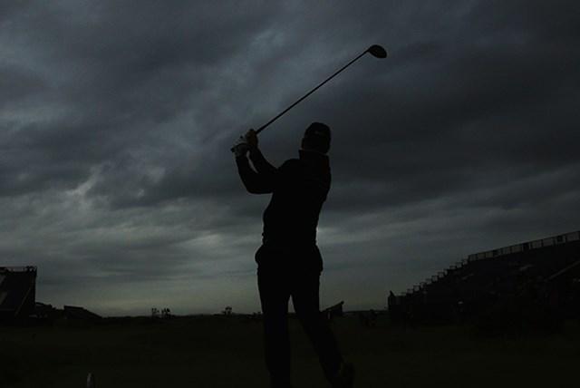 最終日を第1組でティオフしたライアン・フォックス。飛球線の先には厚い雲が垂れ込めている(Andrew Redington/Getty Images)