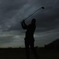 最終日を第1組でティオフしたライアン・フォックス。飛球線の先には厚い雲が垂れ込めている(Andrew Redington/Getty Images) 2015年 全英オープン 最終日 ライアン・フォックス