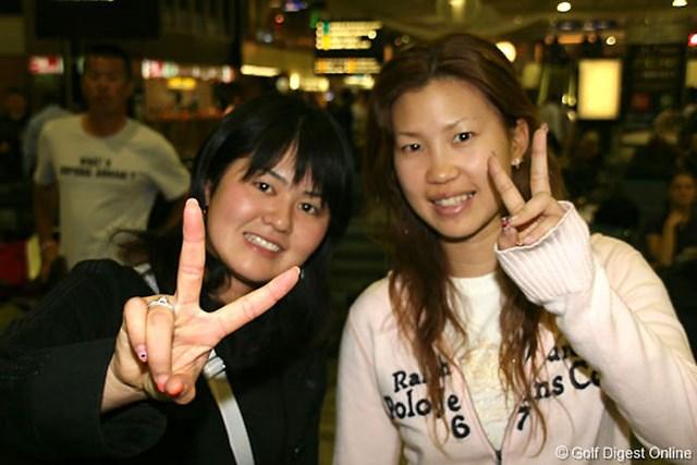 元気いっぱいで現地の空港に到着した諸見里しのぶ(左)と上田桃子
