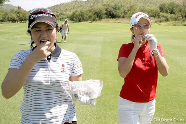 ワールドカップ女子ゴルフ事前 諸見里しのぶ 上田桃子 練習ラウンド中にカリカリ梅をほおばる・・・