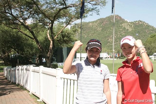 ワールドカップ女子ゴルフ事前 諸見里しのぶ 上田桃子 ガッツポーズを見せる諸見里しのぶ(左)と上田桃子
