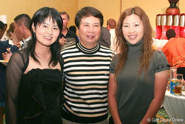 練習ラウンド後、オープニングセレモニーに樋口久子会長(中央)と出席した諸見里しのぶ(左)と上田桃子