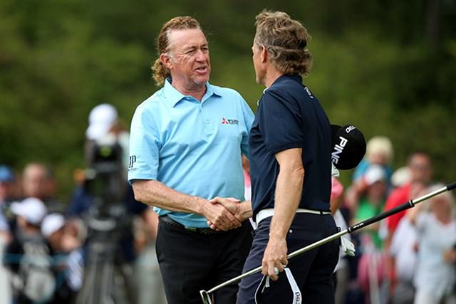 ヒメネス(写真左)は同組のランガーと互いに首位を分け合うプレーを称えあった(Andrew Redington/Getty Images)
