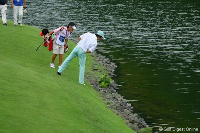 国内男子 UBS日本ゴルフツアー選手権 初日 石川遼 4番でグリーン左に池に第2打を落としてしまった石川遼