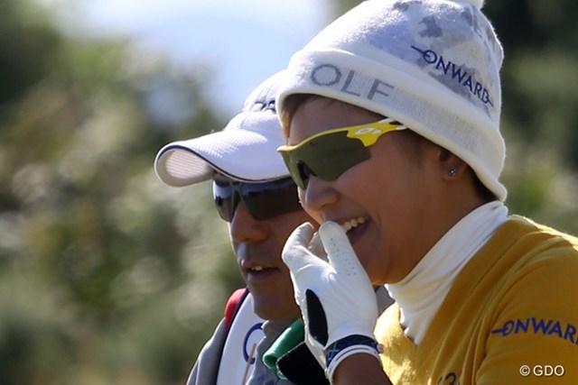 着々とスコアを伸ばした成田美寿々にはサングラス越しの笑顔も