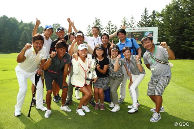 2015年 大東建託・いい部屋ネットレディス 最終日 原江里菜 ようやく勝つことができて喜びに溢れるチーム原。