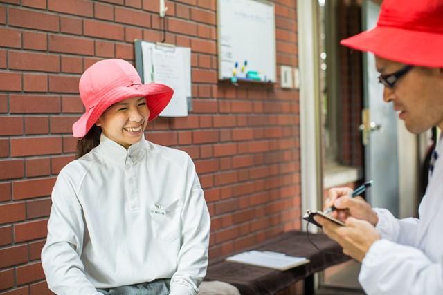S吉キャディさん編_P1_2章 笹川さんは地元埼玉県出身で入社7年目。他に20人のC.A.Sがいて、全国各地から集まっているとのこと。
