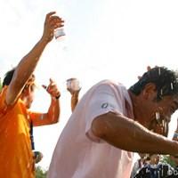 激しく水を掛けられる五十嵐プロ UBS日本ゴルフツアー選手権 宍戸ヒルズ 最終日 五十嵐雄二