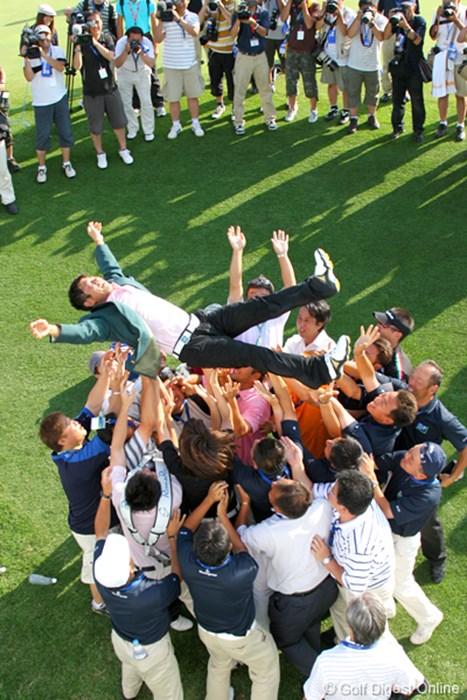 ほんとに気持ちよさげな胴上げです UBS日本ゴルフツアー選手権 宍戸ヒルズ 最終日 五十嵐雄二