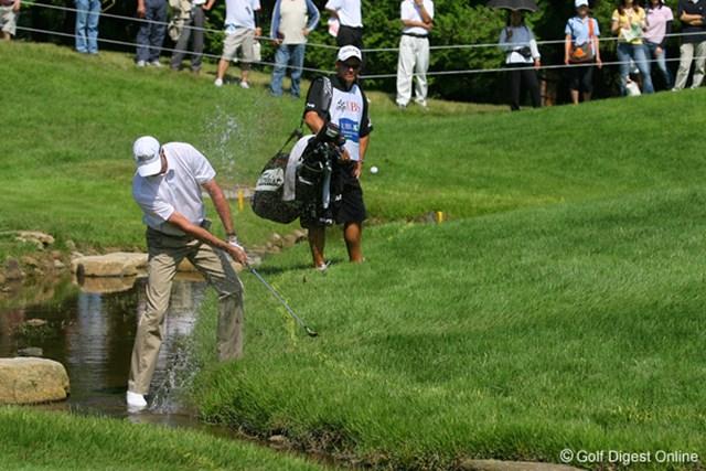 UBS日本ゴルフツアー選手権 宍戸ヒルズ 最終日 D.スメイル 12番でウォータショットを放つスメイル